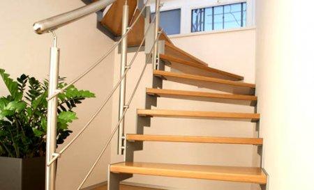 Оформление лестниц металлическими перилами