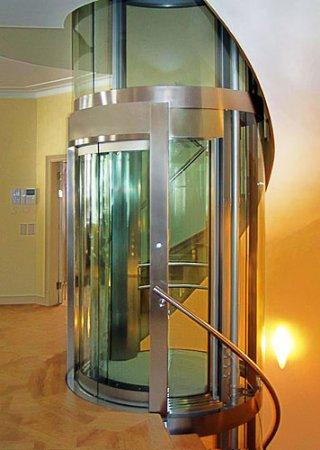 Лифт в коттедже: причуды или необходимость